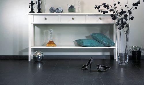 Черный ламинат и светлая мебель