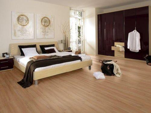 Спальня с бежевым ламинатом
